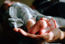 jak správně držet novorozence